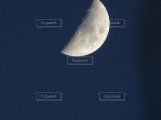 暗く青い空、そして月の写真・画像素材[1740783]