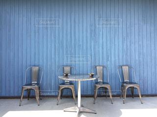 テーブルの前で座っている椅子。の写真・画像素材[1742632]