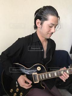 ギターを持っている人の写真・画像素材[1742757]
