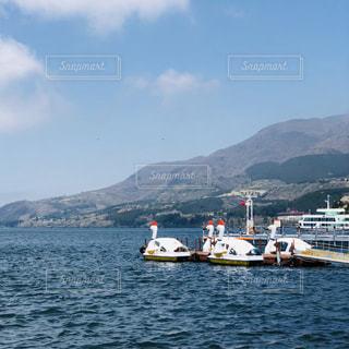 スワンボートと湖と箱根山の写真・画像素材[1742747]
