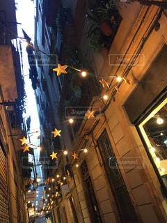 夜のライトアップされたスペインの街の写真・画像素材[1741222]