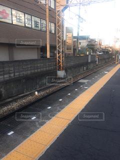 下り列車を走行する列車を追跡駅のそばの写真・画像素材[1741035]