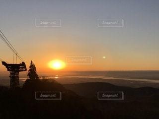 湖面に映る日の出の写真・画像素材[1741735]