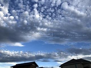 曇りの日に空の雲の写真・画像素材[1742056]
