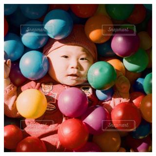 赤ちゃんとボールの写真・画像素材[1742021]