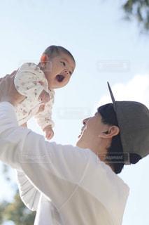公園でパパに高い高いされている赤ちゃんの写真・画像素材[1742872]