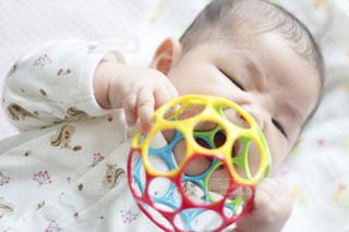 オーボールのおもちゃで遊ぶ赤ちゃんの写真・画像素材[1742879]