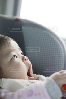 女の子の赤ん坊を保持の写真・画像素材[1746051]