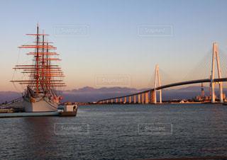 立山連峰を望む、新湊大橋と海王丸の写真・画像素材[1778439]
