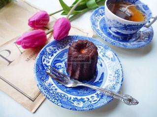 テーブルの上の皿にケーキの写真・画像素材[1743902]
