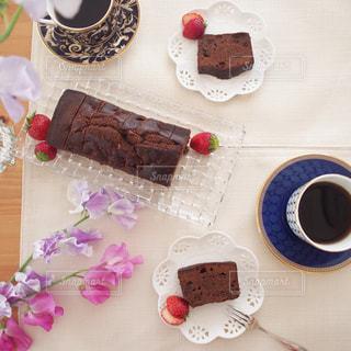 テーブルの上のケーキの一部の写真・画像素材[1745063]