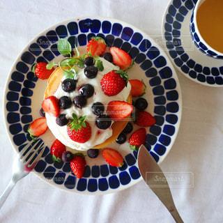 いちごとブルーベリーのパンケーキ。の写真・画像素材[1744332]
