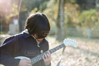 公園でギターの写真・画像素材[1978847]