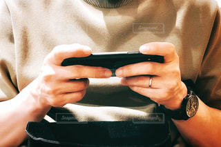 スマホゲームをする男性の写真・画像素材[2086001]