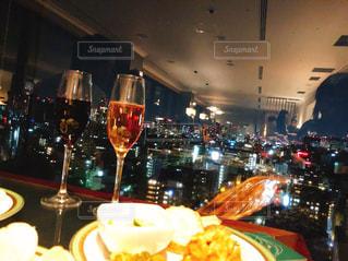食品とワインのガラスのプレートの写真・画像素材[1744348]