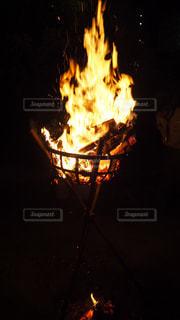 暗闇の中、火災のピットの写真・画像素材[1744392]