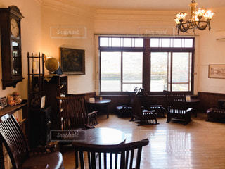 リビング ルームの家具と大きな窓いっぱいの写真・画像素材[1822793]