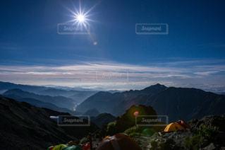 槍ヶ岳のテント場から笠ヶ岳方面の夜空の写真・画像素材[1747143]
