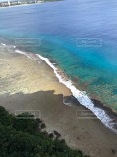 水の体の横にあるビーチの景色の写真・画像素材[1745488]