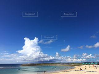 ポケモンっぽい雲とビーチの写真・画像素材[1747973]