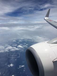 曇り空を飛ぶ大型旅客機の写真・画像素材[2301647]