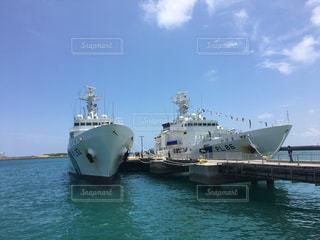 水域の中の大きな船の写真・画像素材[2301650]