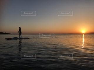 水の体に沈む夕日の写真・画像素材[1746953]