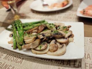テーブルの上に食べ物のプレートスペイン バルセロナの写真・画像素材[1747584]