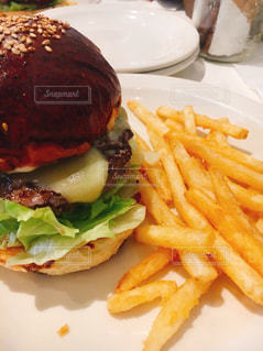 ハンバーガーとポテトの写真・画像素材[1751538]