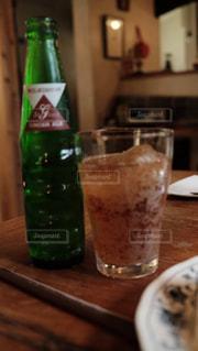 ボトルとテーブルの上のビールのグラスの写真・画像素材[1791140]