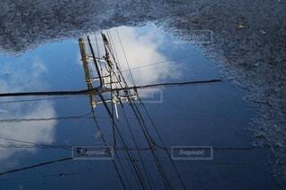 雨上がり後の水溜りに反射した風景の写真・画像素材[4161285]