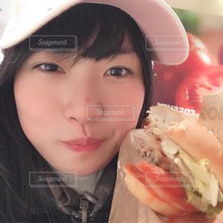 ハンバーガーを食べる女子🍔の写真・画像素材[1754511]