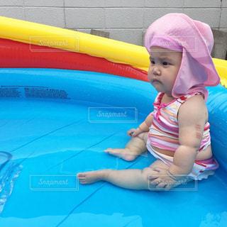 水のプールで泳ぐ子の写真・画像素材[1750607]