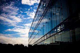 窓ガラスに空のリフレクションの写真・画像素材[710997]