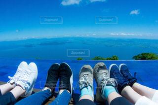 水の体の横に座っている人々 のグループ - No.725017