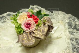 近くにウェディング ケーキのアップの写真・画像素材[813751]