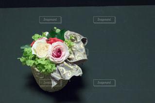 テーブルの上に座って花の花瓶 - No.813753