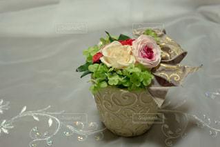 テーブルの上のケーキに花が座っています。の写真・画像素材[813754]