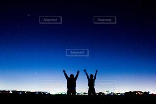 星空を仰ぐ人たちの写真・画像素材[813782]