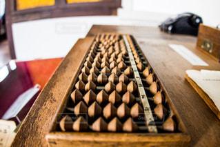 近くに木製のまな板のアップの写真・画像素材[814169]