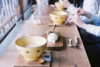 一杯のコーヒーをテーブルに着席した人の写真・画像素材[898788]