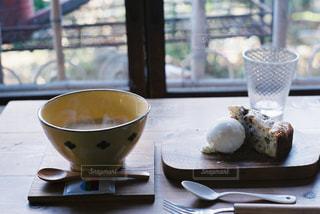 テーブルの上のコーヒー カップの写真・画像素材[898789]