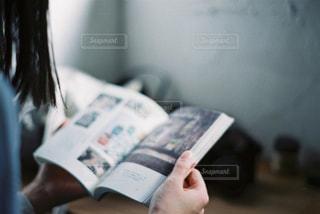 ベッドの上に座っている女性の写真・画像素材[898790]
