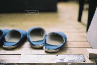 近くにテーブルの上のサングラスを - No.898791