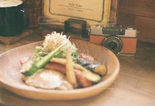 テーブルの上に食べ物のプレートの写真・画像素材[898805]