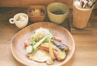 テーブルの上に食べ物のプレートの写真・画像素材[898806]