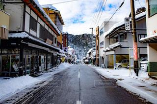 雪の側面にフォーカスを持つストリート シーンに道が覆われています。 - No.985548
