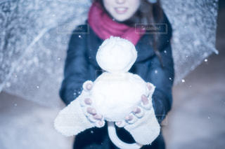 テディベアを保持している小さな女の子の写真・画像素材[985552]