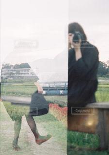 草の中に立っている人の写真・画像素材[1829289]