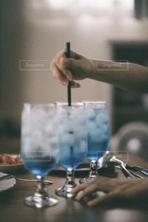 ワイングラスを持っている人のクローズアップの写真・画像素材[3491245]